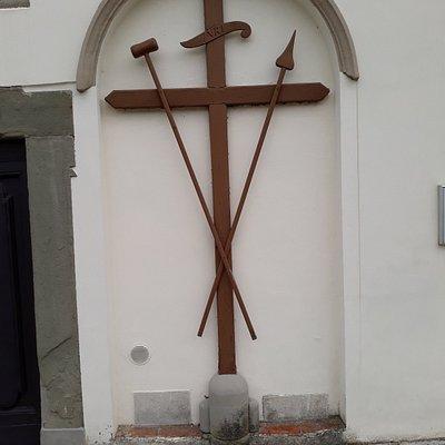 crocifisso sulla facciata della chiesa