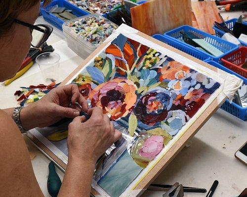 """В Школе Мозаики есть курс """"Современная мозаика. Основы мастерства"""" - это курс на 12 занятий по 3 часа, за время которых вы научитесь работать с инструментами и материалами в технике современной мозаики. Вы будете создавать мозаику из стекал, под руководством художника-мозаичиста нашей студии! В конце курса у вас получится великолепная работа, которую вы заберете с собой!"""