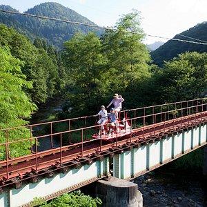 長木川に架かる鉄橋を通過!スリル満点!!