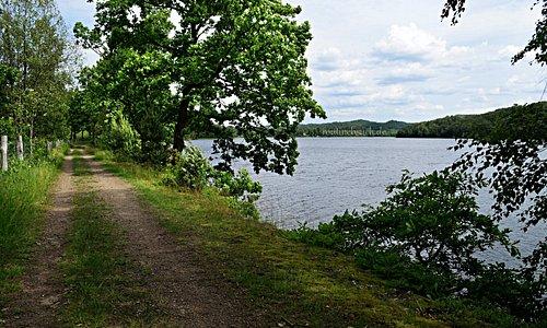 Simlångsdalen ist ein schmales, langgestrecktes Tal mit mehreren zusammenhängenden Seen im südlichen Schweden. Ein perfekter Ort zum Wandern! Es gibt mehrere gut ausgeschilderte Wanderwege, die man auch miteinander kombinieren und so beliebig ausdehnen kann. Der erste Teil unserer Tour führte uns rund um den See Simlången.