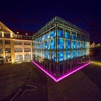 Der gläserne Kubus des ZKM | Karlsruhe bei Nacht.   © ZKM |Zentrum für Kunst und Medien Karlsruhe, Foto: Achim Mende