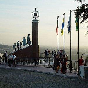 Turistas no Monumento ao Emigrante.