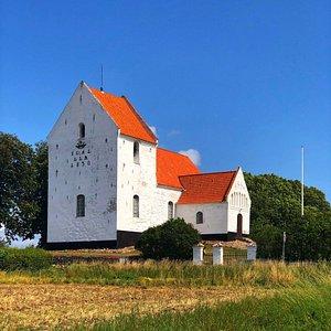 Die Kirche ist sehr schön auf einer Anhöhe gelegen, das ist sehr gepflegt. Ein markanter Punkt der sofort ins Auge springt