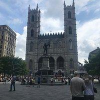 Vista de frente de la catedral de ND de Montreal. Muy fácil de llegar y ubicada en el viejo Montreal