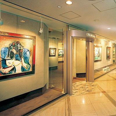 ギャルリーためながは1969年西洋絵画の名品を扱う画廊として銀座に開廊。1971年には大阪店とフランスにパリ店を開廊しました。 大阪店は1986年のホテルニューオータニ大阪 開業より、メインロビー1階に店舗を構え、年4回の企画展をはじめ、ホテルニューオータニ大阪とのコラボ事業など多岐にわたり、皆様に絵画の素晴らしさをご提案しています。  また、当画廊のフランス美術界を中心としてきた活動は、アメリカ、アジアを中心に世界各地へと拡大しています。とりわけ近年では、欧米やアジアの世界各地に視野を広げ、新鋭作家の紹介にも力を注ぎ、現代絵画の発信地としての役割も担うよう尽力しています。