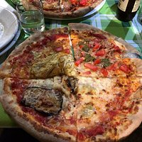 In 4 persone, abbiamo preso 4 pizze differenti e le abbiamo fatte dividere in modo che ognuno di noi avesse una pizza con 4 gusti... ottimo!