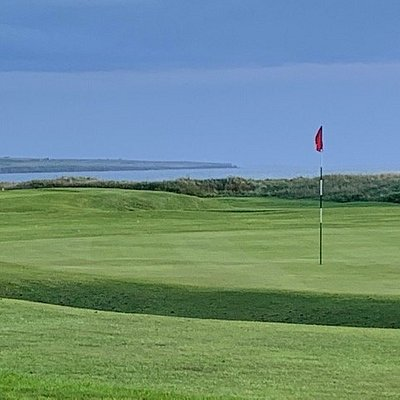 The 18th green with views out over Sinclair Bay.