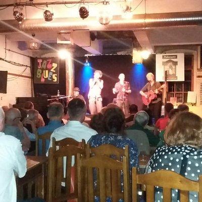 Bühne an einem Bluesabend