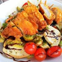 Salade de L'Instant : Emincé de Poulet Fermier, Légumes Grillés, Petits Croûtons à l'Ail et Bouquet de Verdure
