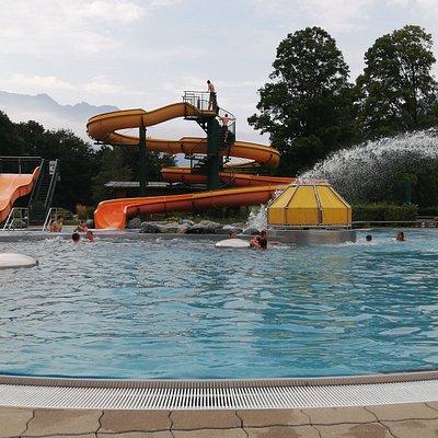 Zwembad Tschagguns, vlakbij Schruns. Prachtig buitenzwembad met glijbanen, wildwaterbad én een wondermooie zwemvijver met lelies. Fantastische uitstap met warm weer. Gratis met de  Montafon Brandnertal-kaart. Verfrissend na een warme bergwandeling.