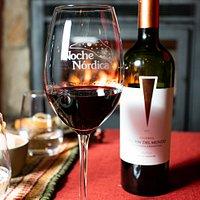 Disfrutá de todo lo anterior, acompañado de nuestro vino reserva de bodegas Del Fin del Mundo.  Es 100% Malbec, y tiene una crianza de 12 meses en barricas de primer uso, de roble francés y americano.