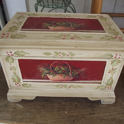 NH - KINGSTON - CARRIAGETOWNE ANTIQUES – PAINTED WOODEN BOX