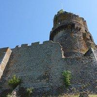 Château de Tournöel : sous la tour ronde.