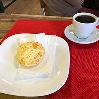 Pão de queijo e café deliciosos!