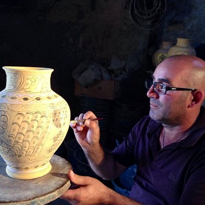 Il ceramista Paolo Caravella che dipinge .