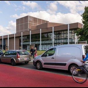 CCHA met zicht vanuit de Kunstlaan. Bereikbaar met zowel de velo, openbaar vervoer, te voet en met de auto. Er is wel geen  (uit)-vlucht voorzien om niet te komen.