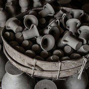 Oggetti in argilla ad asciugare