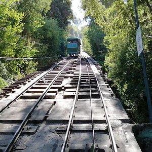 Diversão garantida: Subir ou descer o Cerro San Cristobal no Funicular.