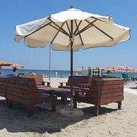 uno dei tavoli sulla spiaggia