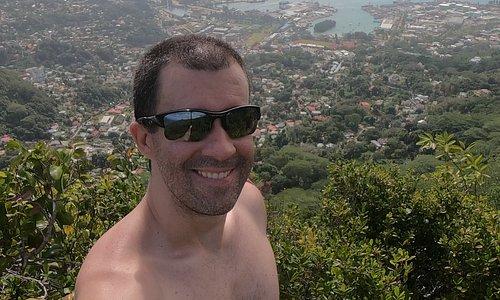 Ivan Mercadante Boscardin no mirante final da Dans Gallas Trail, em Mahé, Seychelles.