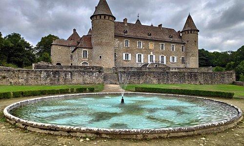 Très belle vue de l'arrière du château de Virieu, très agréable pour se promener lorsque les enfants participent à la visite enchantée !