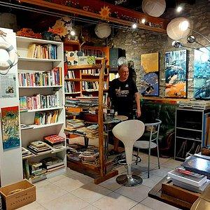 Lou Florian, écrivain, artiste et bouquiniste, dans sa librairie à deux pas de la plage d'Avall.