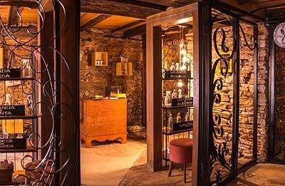 A Villa Provençal Lavandas da Serra fica localizada na Galeria Picapedra em Tomé das Letra, abaixo do nível da Rua em frente a Praça  Barão de Alfenas. a construção em pedra nos remete as construções medievais da Provence.