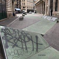 Le Skate Park Léon Cladel occupe la presque totalité des 60 mètres de la Rue Léon Cladel, Paris 2ème