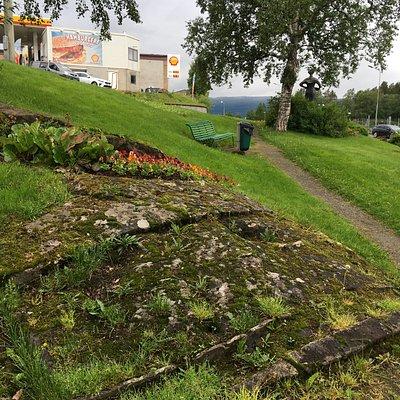 pathway to Svarta Bjorn Statue