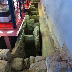 interno della chiesa: vista sugli scavi (quelle che si vedono sono probabilmente nicchie di antiche sepolture)