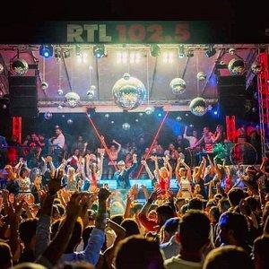 Il Caparena Beach Disco Club è il più celebre ritrovo alla moda di tutta la costa taorminese. Musica dal vivo, dj set, serate al chiaro di luna, e mille altre intriganti occasioni da vivere nella nuova Lounge di Caparena, dove passione e ritmo si fondono con il profumo del mare.