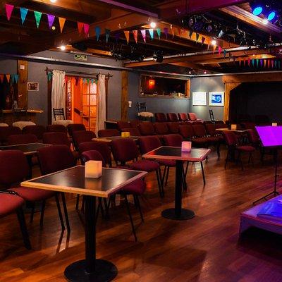 Uno espacios culturales más reconocidos de Bariloche por su variada programación artística. Con 15 años de trayectoria Araucanía ofrece un ambiente íntimo y cálido para descubrir diferentes expresiones artísticas: música, teatro, danza, cine y diversos proyectos multidisciplinarios.