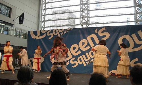 ホールのステージでアフリカの踊り