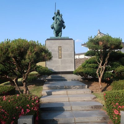 The statue of Magami Yoshimitsu on his horse; near the eastern gate to the park