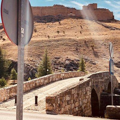 Puente Romano y La torre del Agua.
