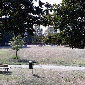 uno scorcio del Parco, sullo sfondo i giochi per bambini