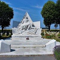 memorial que hay justo delante del cementerio