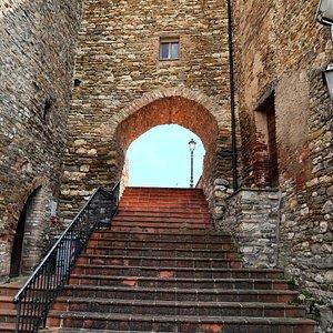 Scalinata e arco accesso al Castello