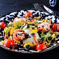САЛАТ ШОИРА Рулетики из сёмги с начинкой из сливочного сыра, микс салатов айсберг и латук, томаты черри, сладкий перец, оливки и маслины. Заправляется салатик оливковым маслом и бальзамическим соусом.