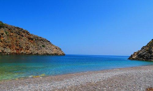 Η παραλία Μένιες ή Δίκτυννα, βρίσκεται 45 χλμ βορειοδυτικά των Χανίων, στην βορειοανατολική άκρη της Χερσονήσου του Ροδωπού και στην έξοδο του φαραγγιού Φούντας. Είναι μια υπέροχη απομονωμένη παραλία με βοτσαλάκι και καθαρά καταγάλανα νερά. Δεν επηρεάζεται από τους συνήθεις βορειοδυτικούς άνεμους της περιοχής.