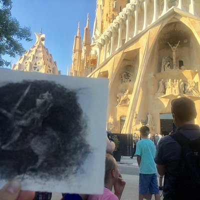 Drawing outdoor Class - Sagrada familia with Charcoal