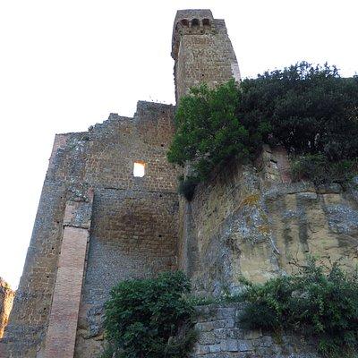 L'unica torre rimasta che svetta alta sopra ai ruderi