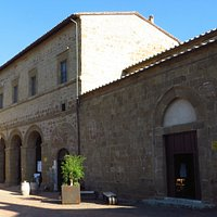 Il palazzo visto di profilo; a dx il fianco sx della chiesa di S.Maria Maggiore