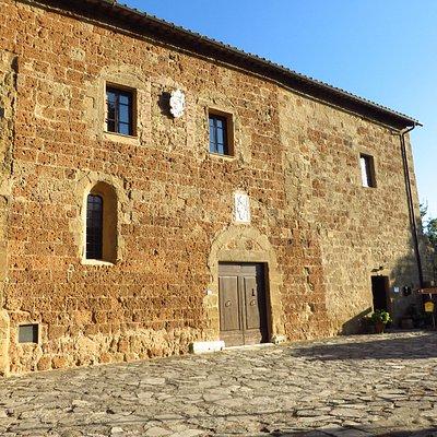 La facciata del palazzo che segue il fianco sx del Duomo senza soluzione di continuità
