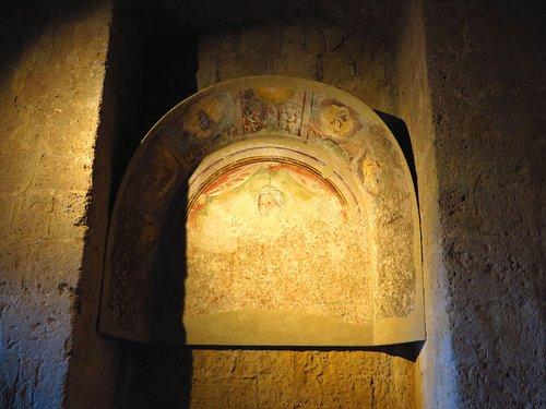 Resti di affreschi, nei pressi della scala che porta al piano superiore