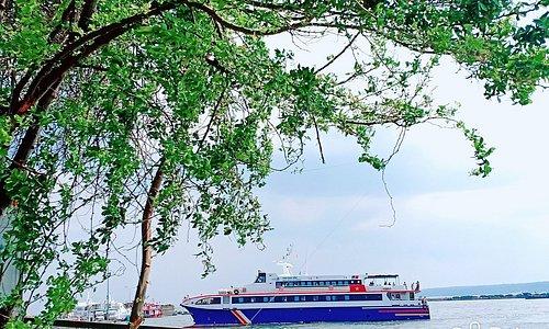 Phương tiện di chuyển từ đất liền ra đảo Phú Quý.