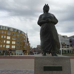 """Monument """"vissersvrouw Scheveningen"""""""