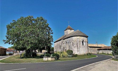 Une église romane du 12ème siècle, peinte et recouverte de lauzes Une découverte surprenante à soixante kms de Poitiers. Une église recouverte de Lauzes, ce n'est pas courant dans le Poitou, mais avec l'église Saint-Martin de Brux, située à six kms, cela fait deux.