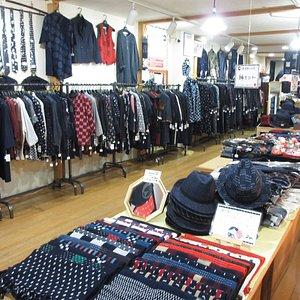 婦人服、紳士服、子ども服、約300点あります。また約300種類ほどある、久留米絣(かすり)の布地からお体に合わせたお仕立てもお手頃価格で人気。遠方の方は、発送も可能です。