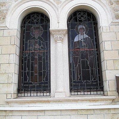 Фото 3. Витраж окна южной стены.